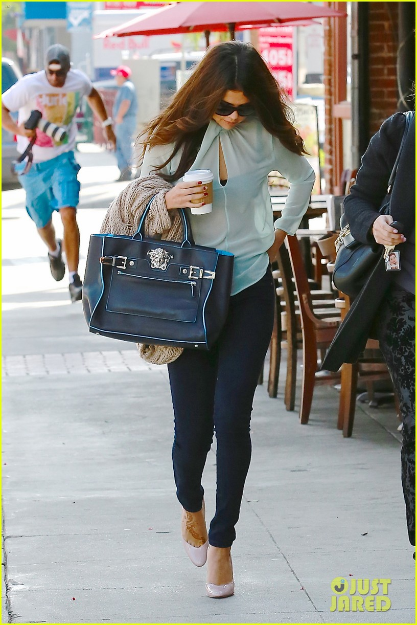 selena gomez grabs coffee with mom mandy 11