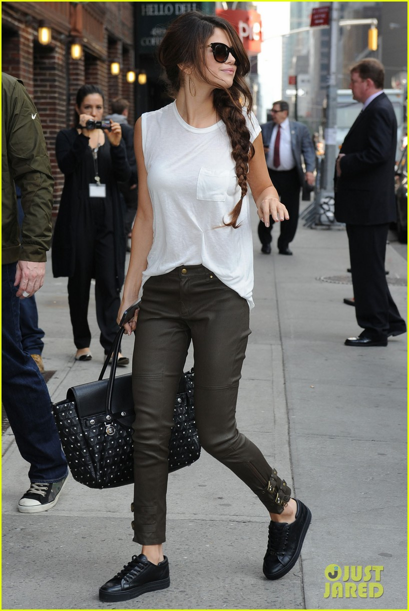 selena gomez arrives for late show appearance 01