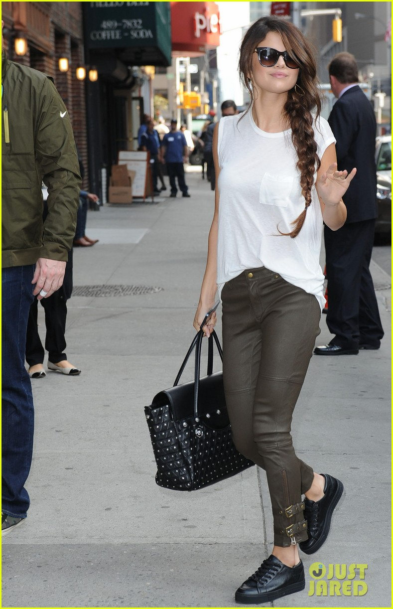 selena gomez arrives for late show appearance 06