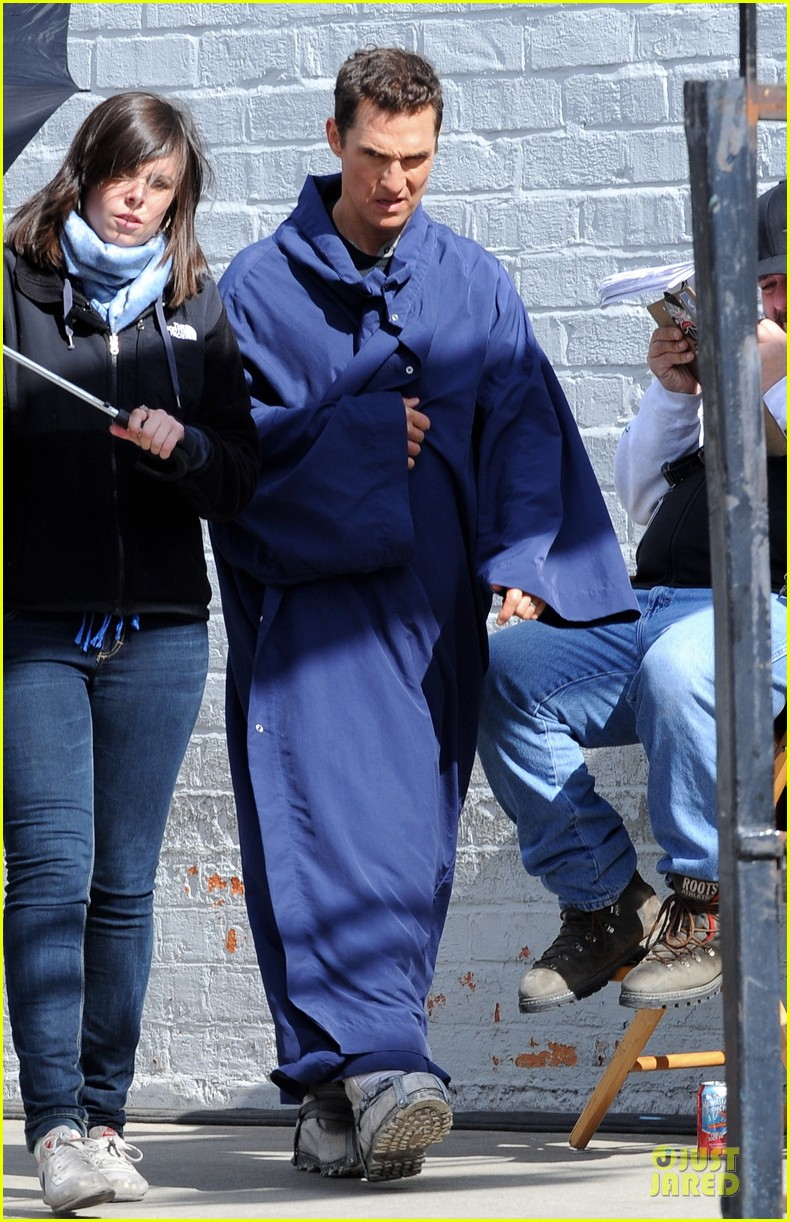 anne hathaway matthew mcconaughey blue robes for interstellar 14