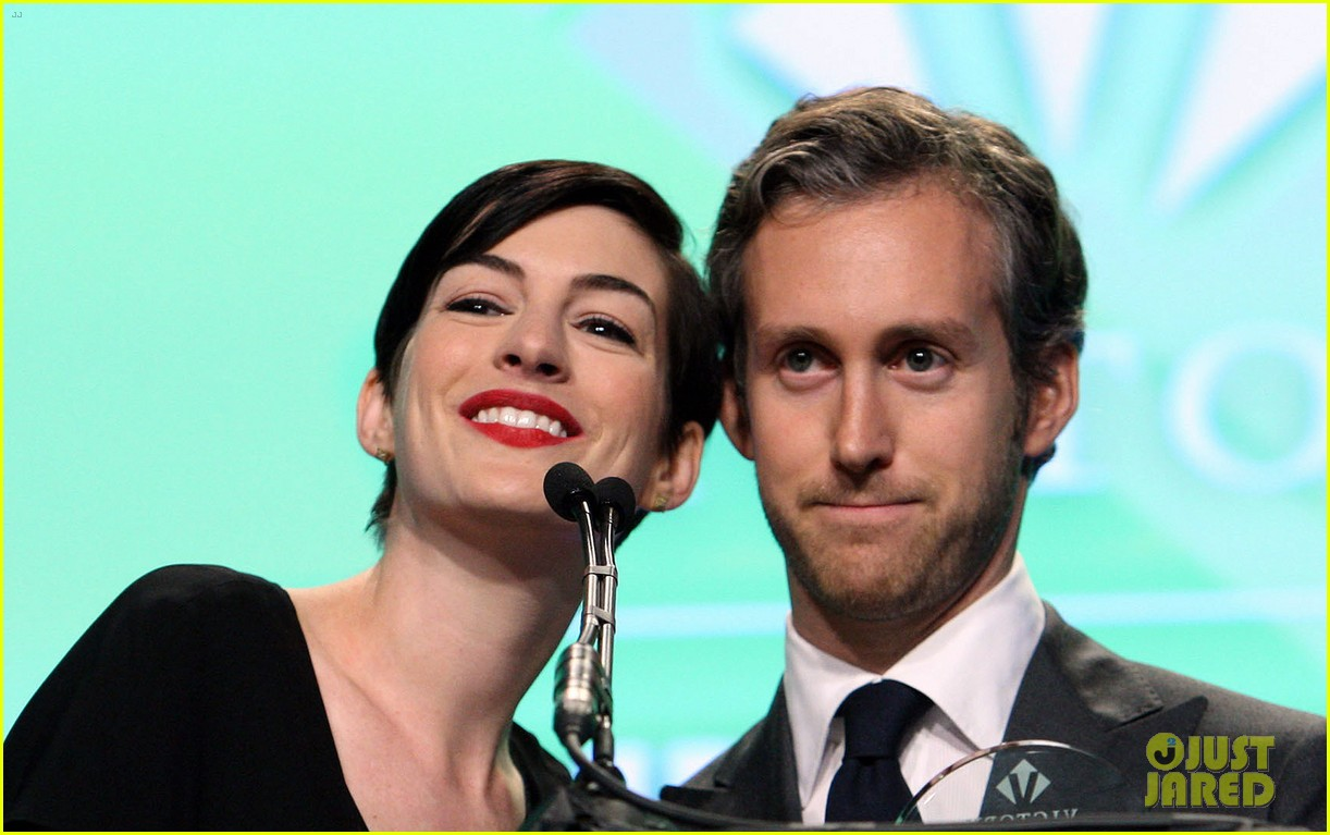anne hathaway adam shulman victory awards couple 02