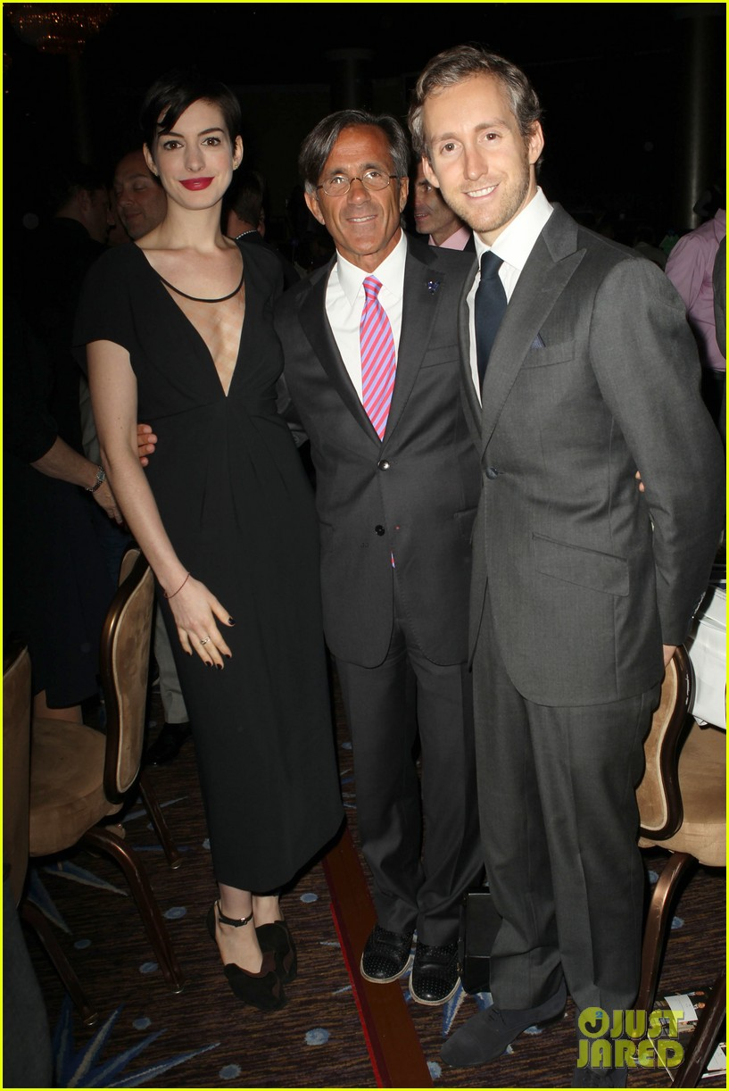 anne hathaway adam shulman victory awards couple 03
