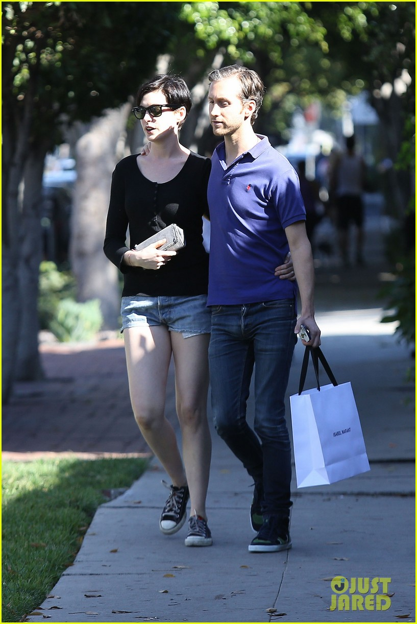 anne hathaway adam shulman victory awards couple 06