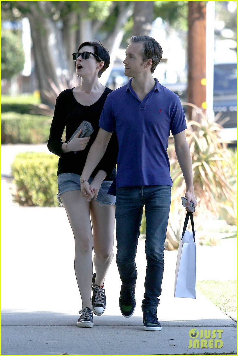 anne hathaway adam shulman victory awards couple 12