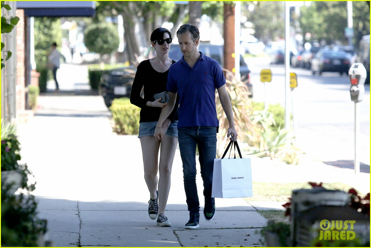 anne hathaway adam shulman victory awards couple 16