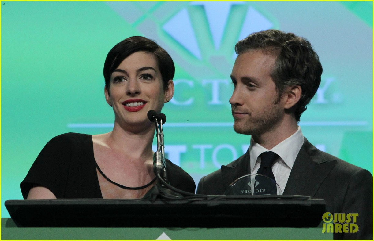 anne hathaway adam shulman victory awards couple 20