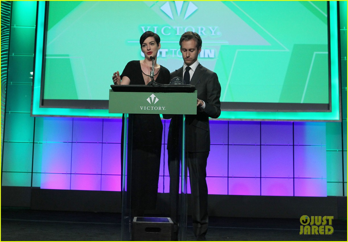anne hathaway adam shulman victory awards couple 21