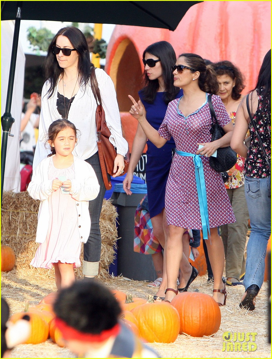 salma hayek fun filled weekend with the family 31
