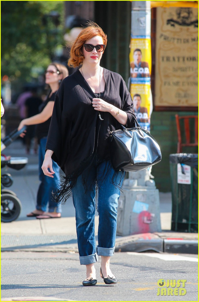 christina hendricks is tres chic in the big apple 01