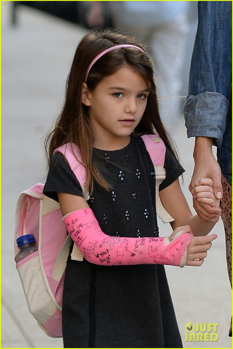 katie holmes takes friday morning stroll with suri 022965876