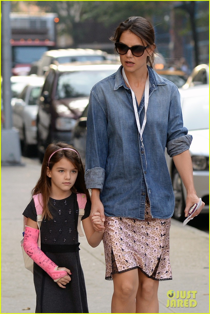 katie holmes takes friday morning stroll with suri 04