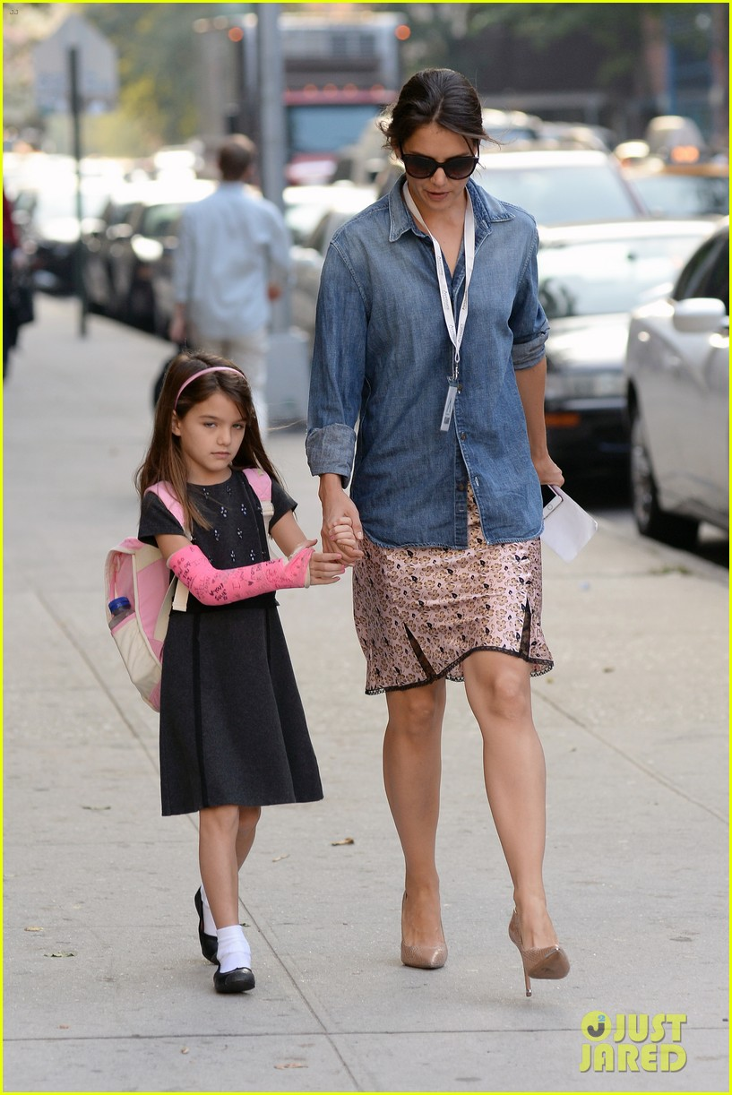 katie holmes takes friday morning stroll with suri 11