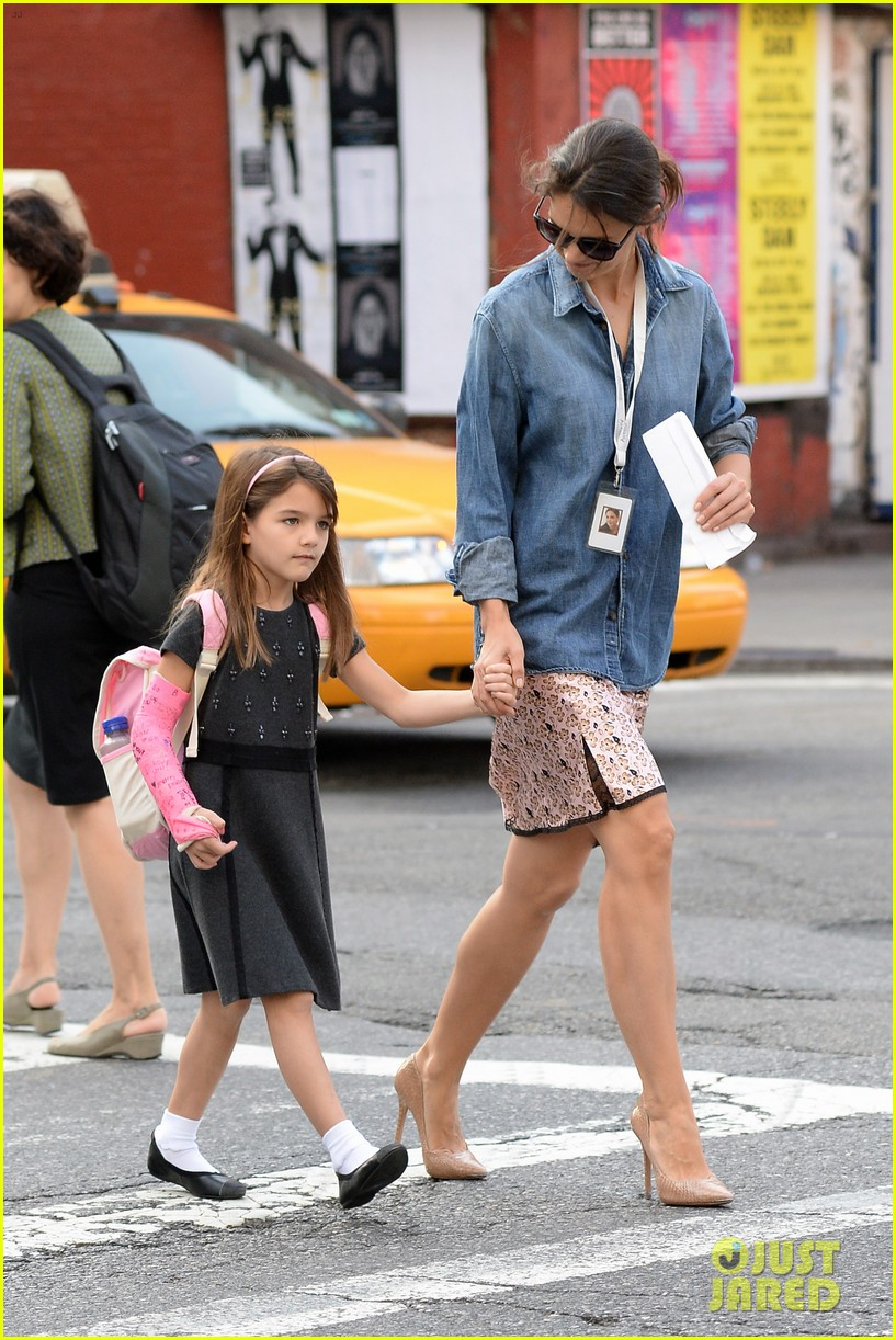 katie holmes takes friday morning stroll with suri 15