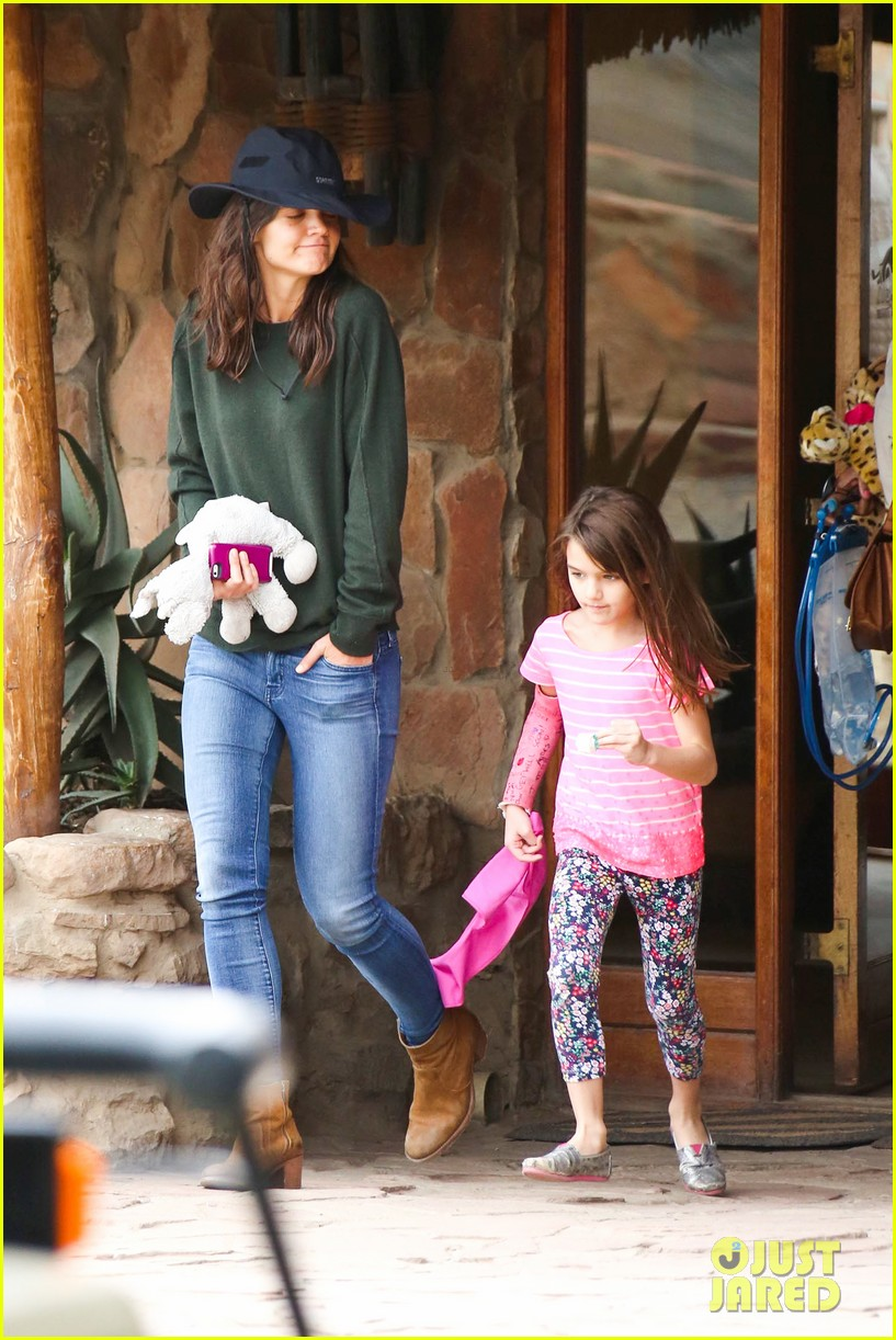 katie holmes suri enjoy safari vacation together 062977698
