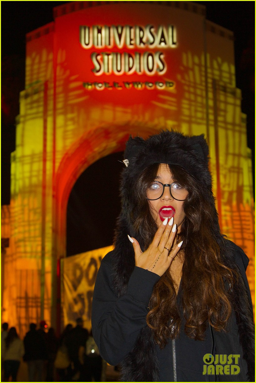 vanessa hudgens halloween horror nights with stella 04