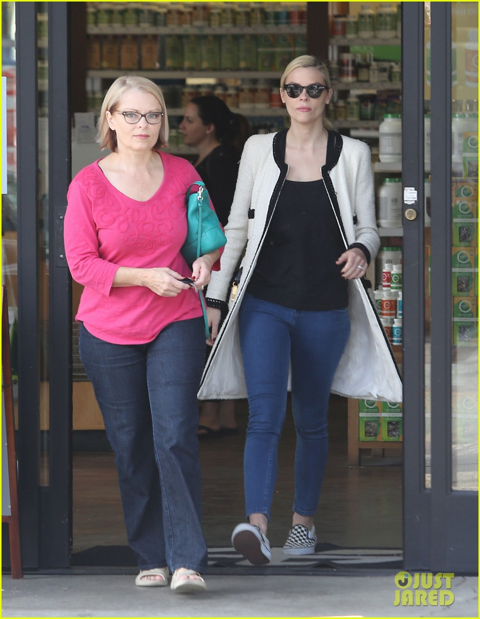 jaime king earth bar stop wtih mom nancy 06