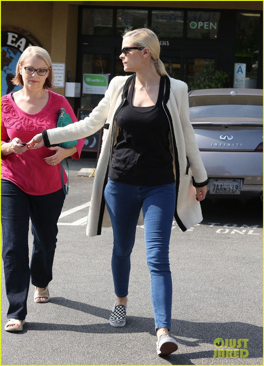 jaime king earth bar stop wtih mom nancy 132978096