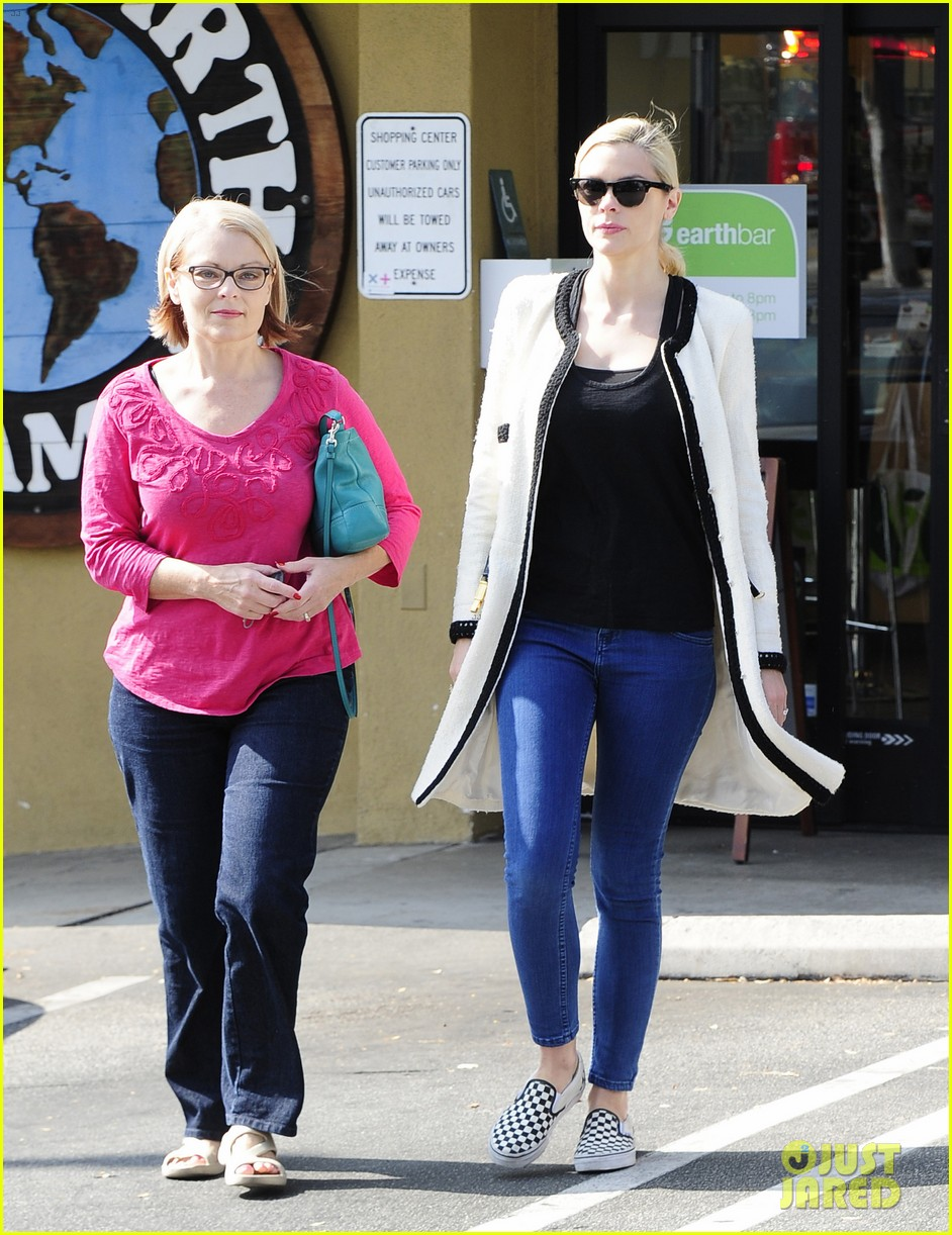jaime king earth bar stop wtih mom nancy 172978100