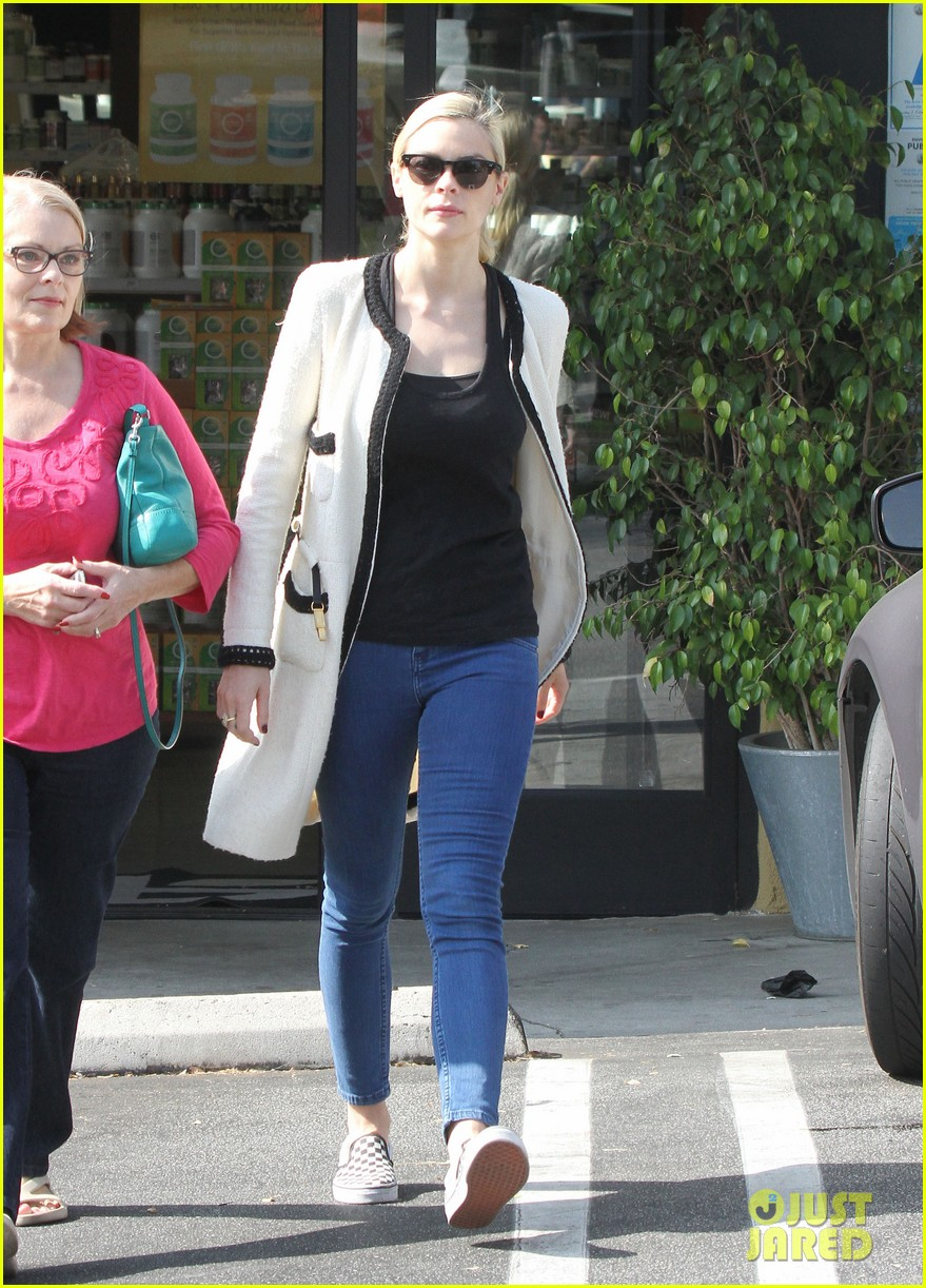 jaime king earth bar stop wtih mom nancy 232978106