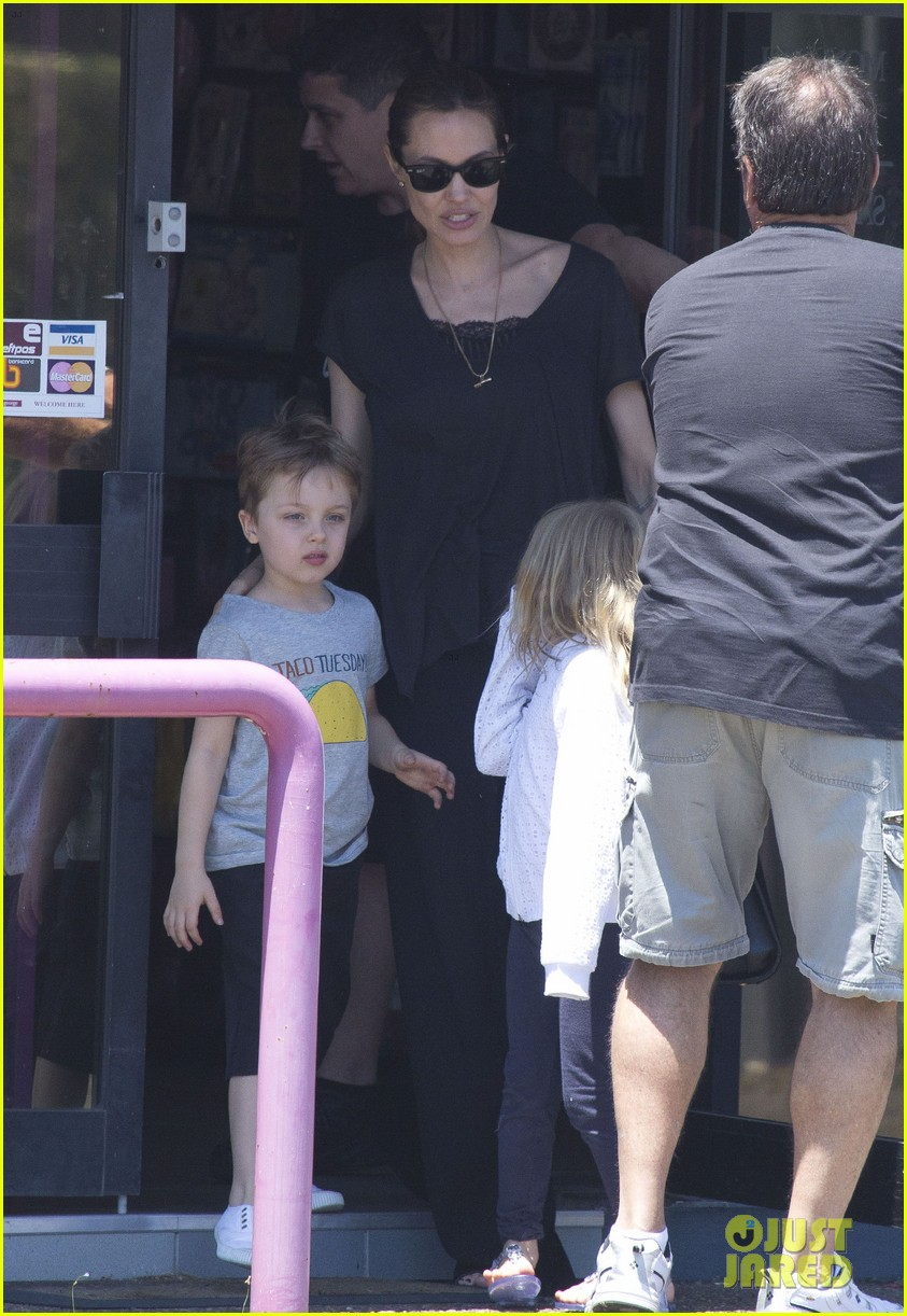 angelina jolie shops in queensland with the twins 132980823