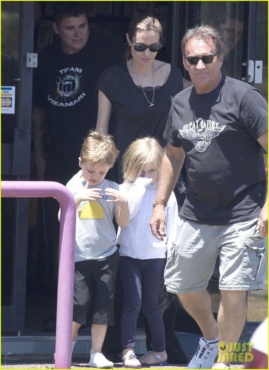 angelina jolie shops in queensland with the twins 17