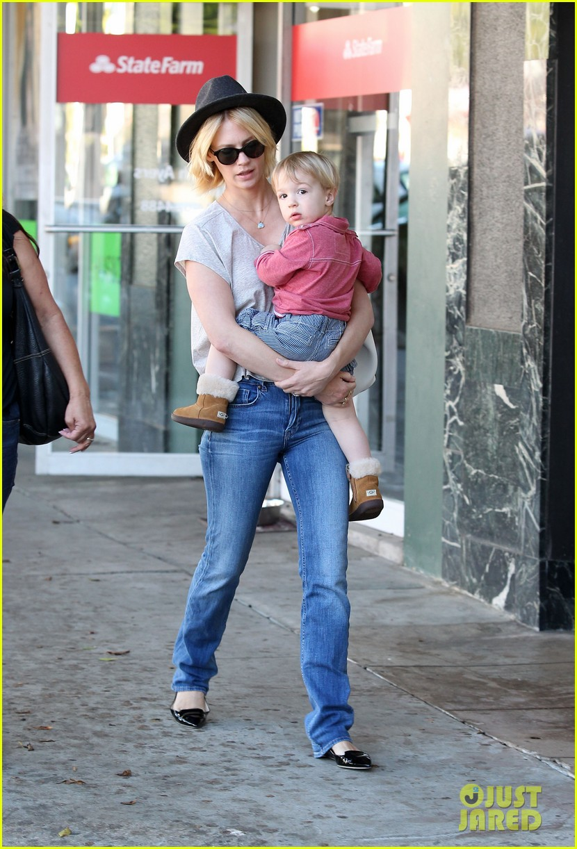 january jones hangs with smiley xander after babys class 112972987
