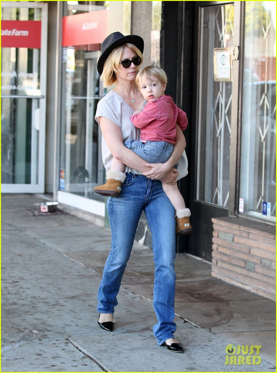 january jones hangs with smiley xander after babys class 13
