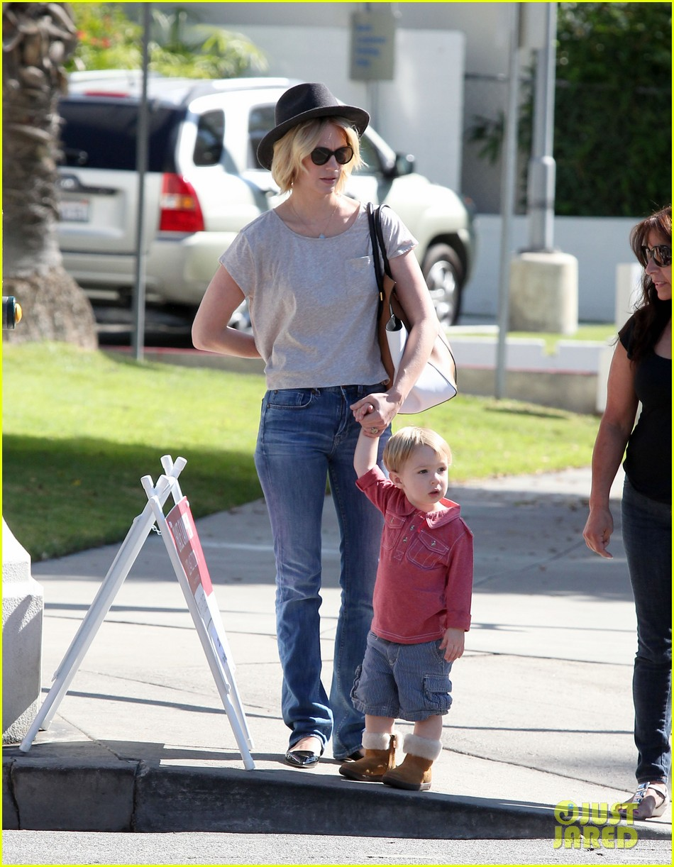 january jones hangs with smiley xander after babys class 16