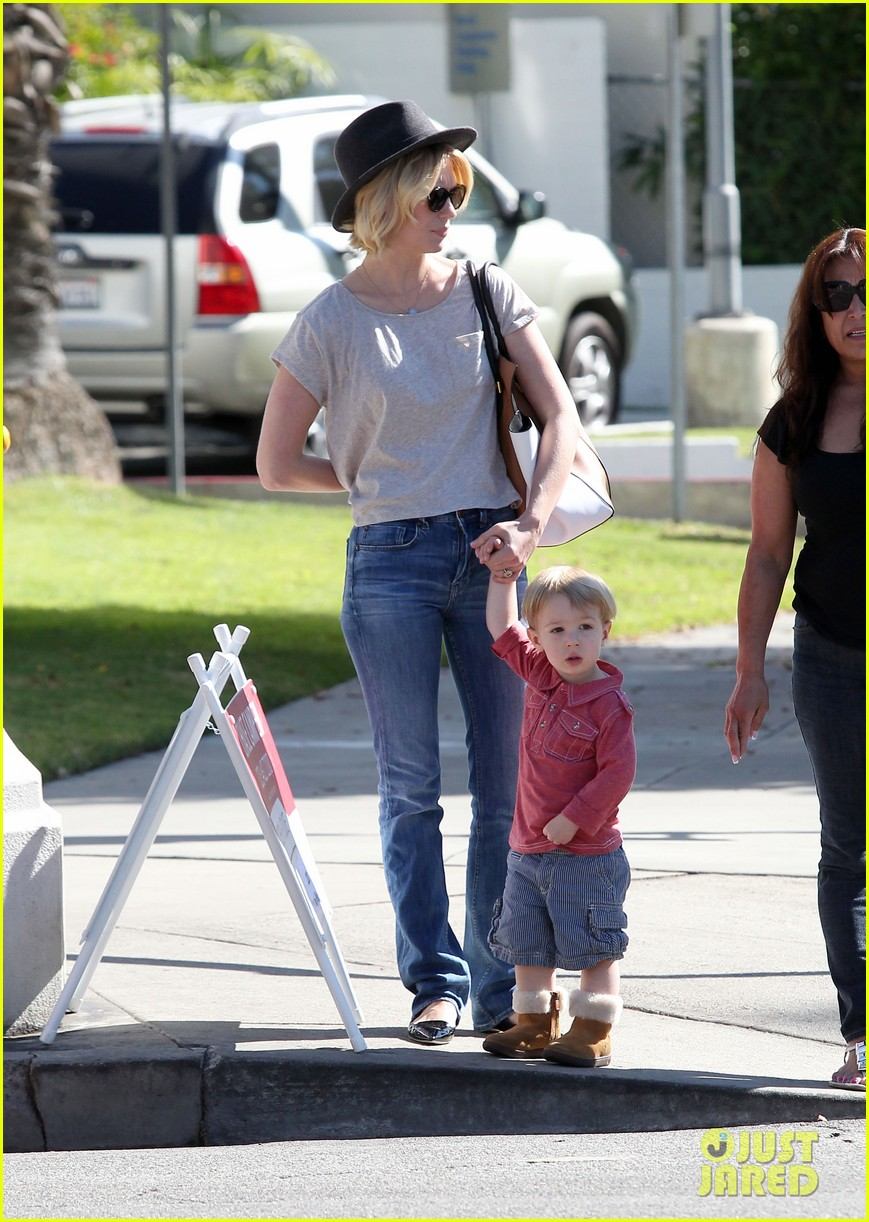 january jones hangs with smiley xander after babys class 17