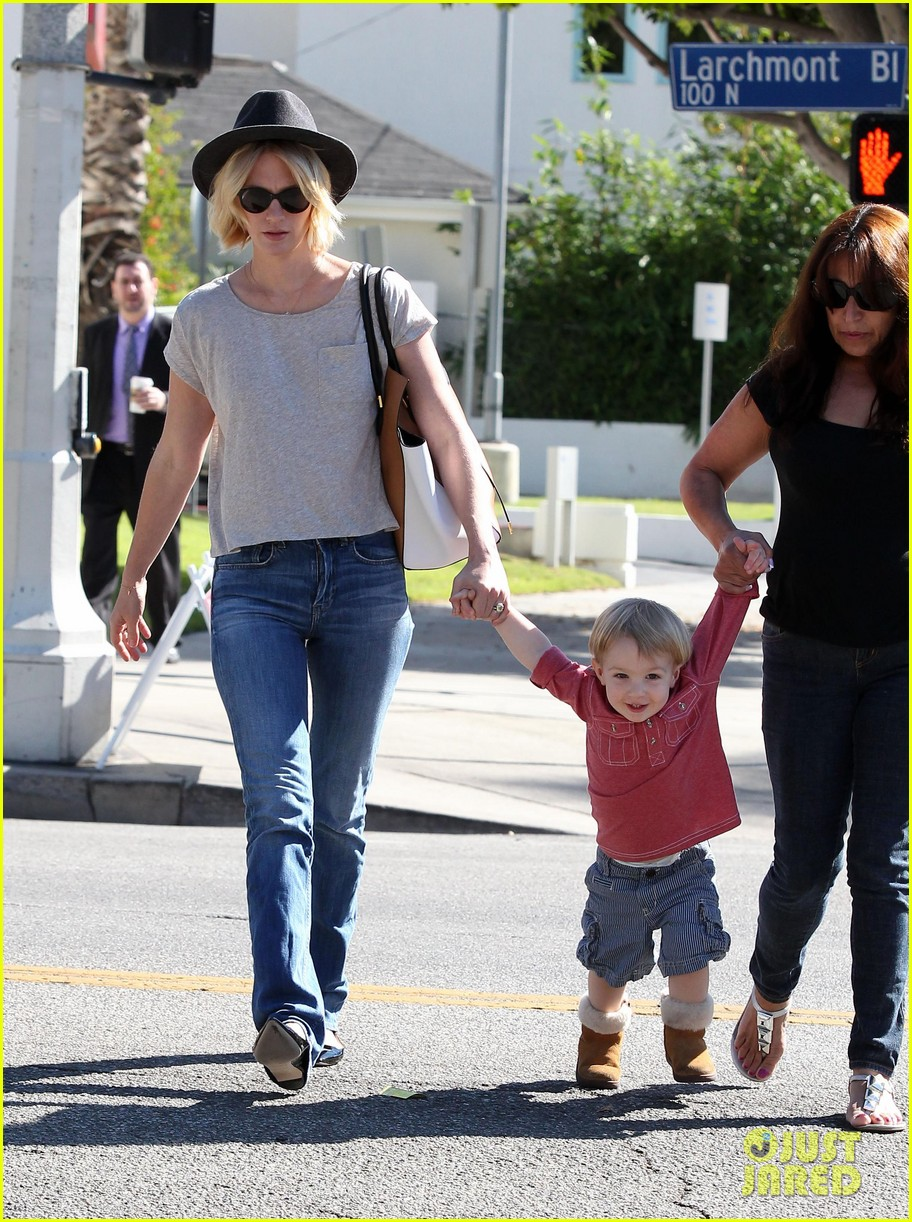 january jones hangs with smiley xander after babys class 222972998