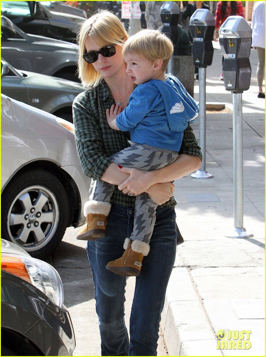 january jones baby boy xander to lunch with friends 02
