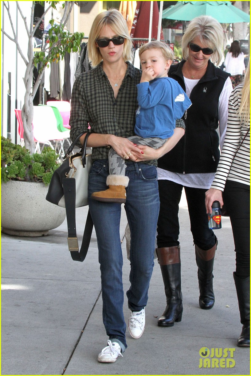 january jones baby boy xander to lunch with friends 10