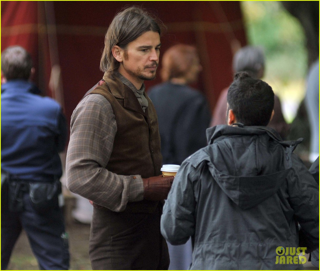 josh hartnett dons huge wig for penny dreadful 25