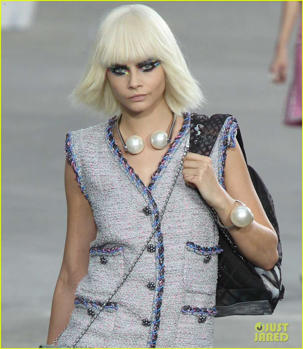 miranda kerr cara delevingne chanel fashion show 03