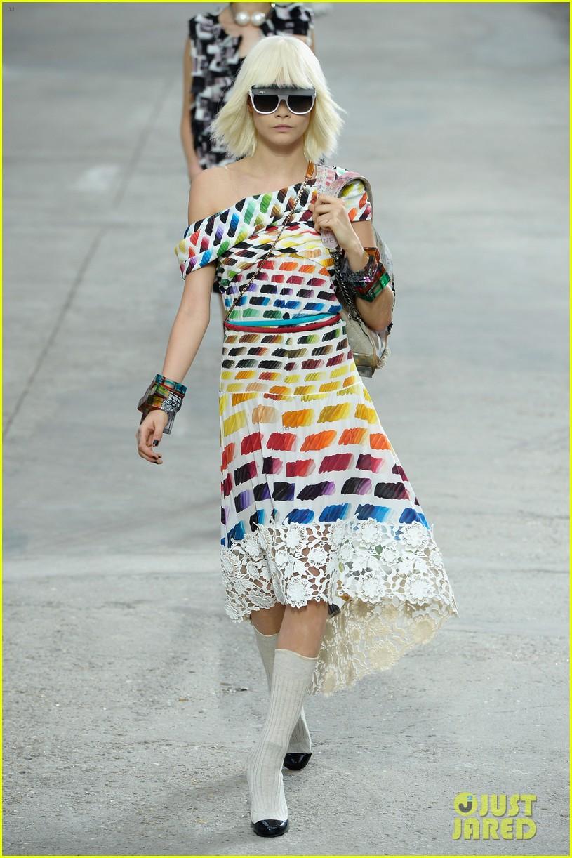 miranda kerr cara delevingne chanel fashion show 112963824