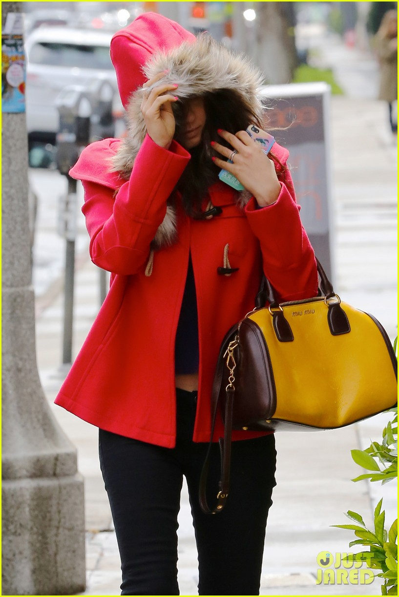mila kunis wears winter coat for lunch with pals 04