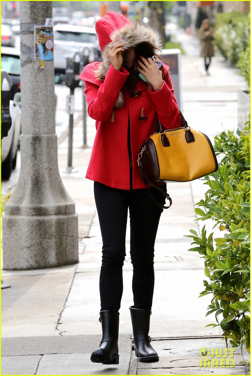 mila kunis wears winter coat for lunch with pals 11