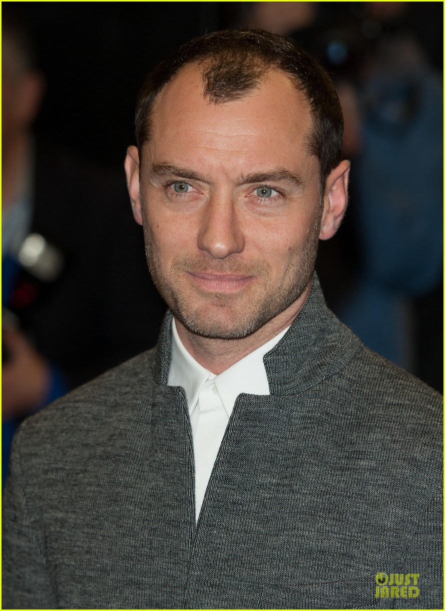 jude law dom hemingway london premiere 122981917