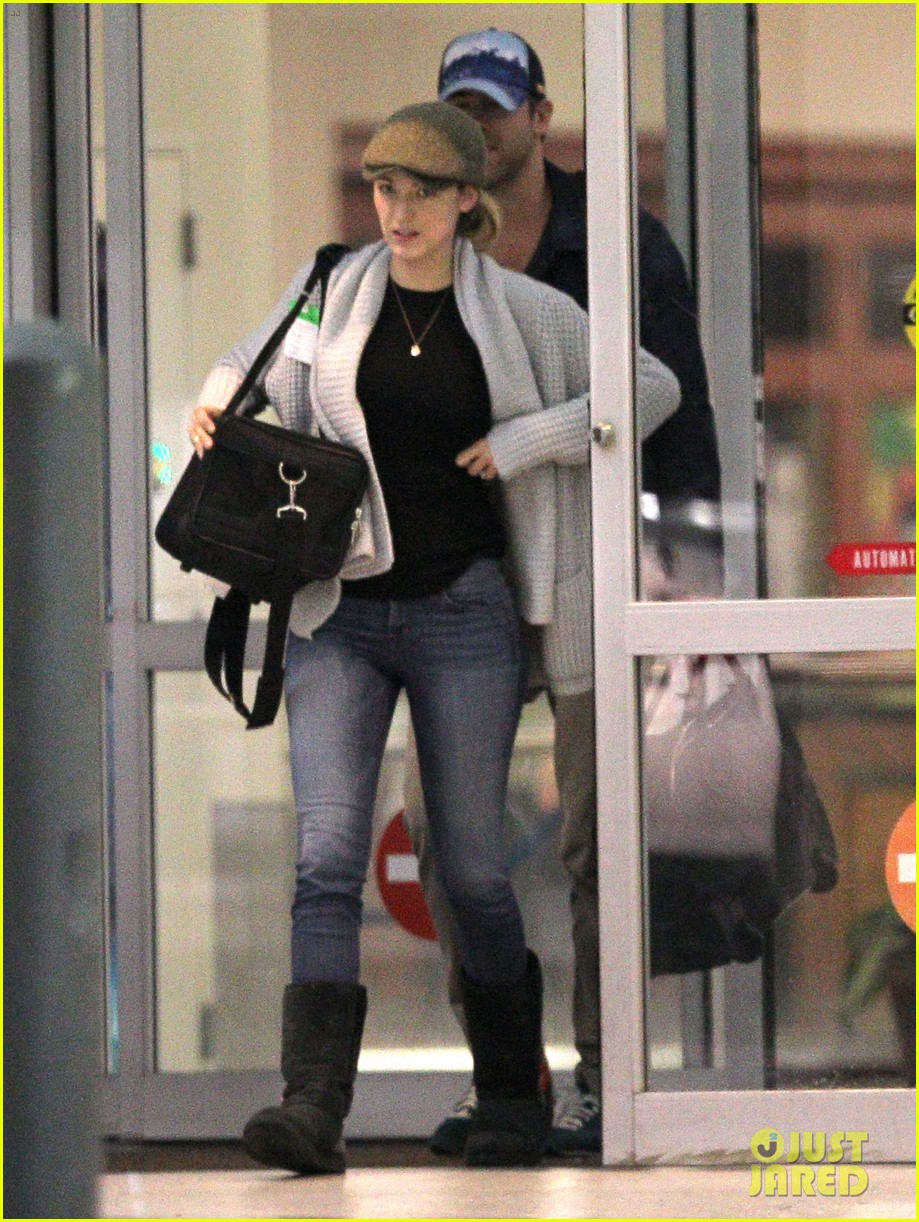 blake lively ryan reynolds touch down in new orleans 09