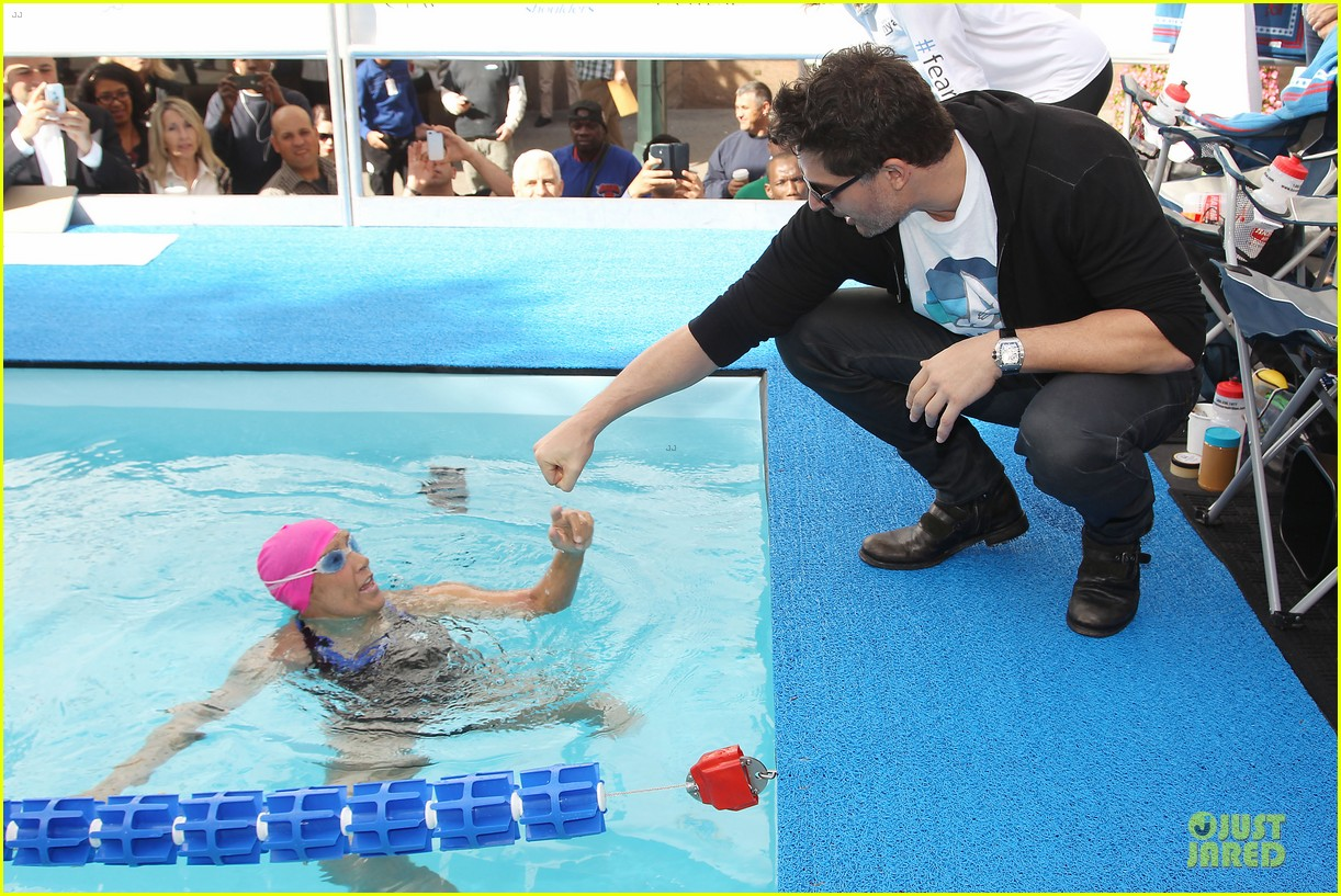 joe manganiello cheers for diana nyad swim for relief 07