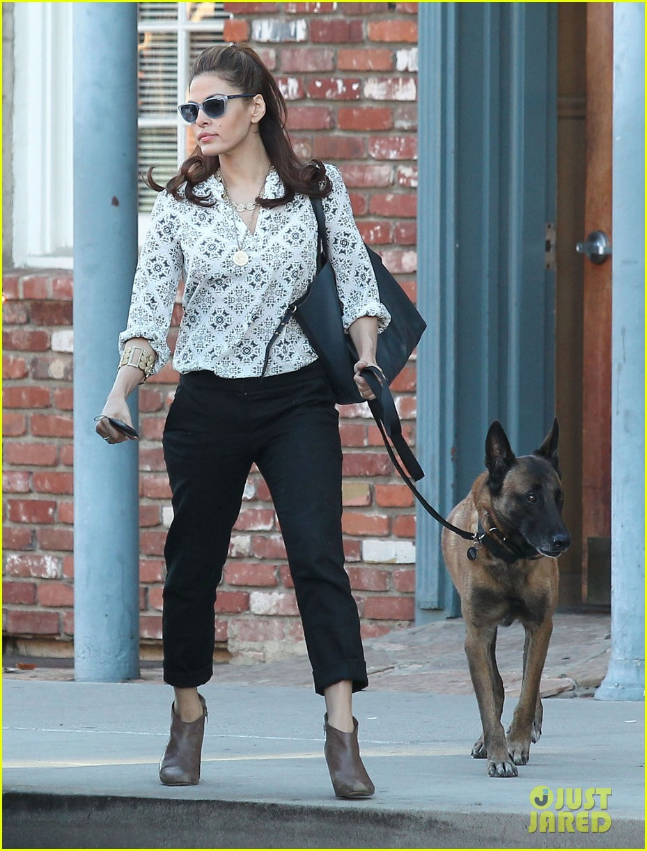 eva mendes does business with her dog 04