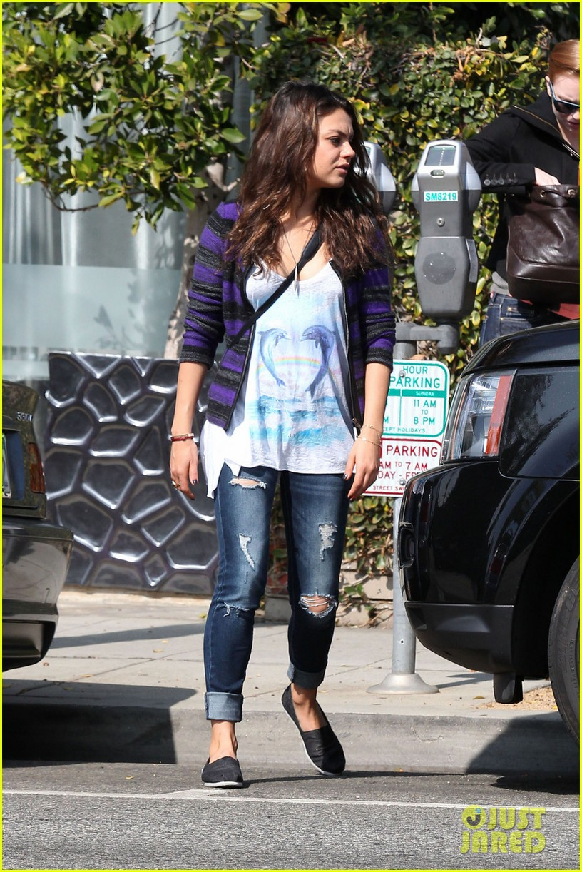 mila kunis grocery shopping gal 02