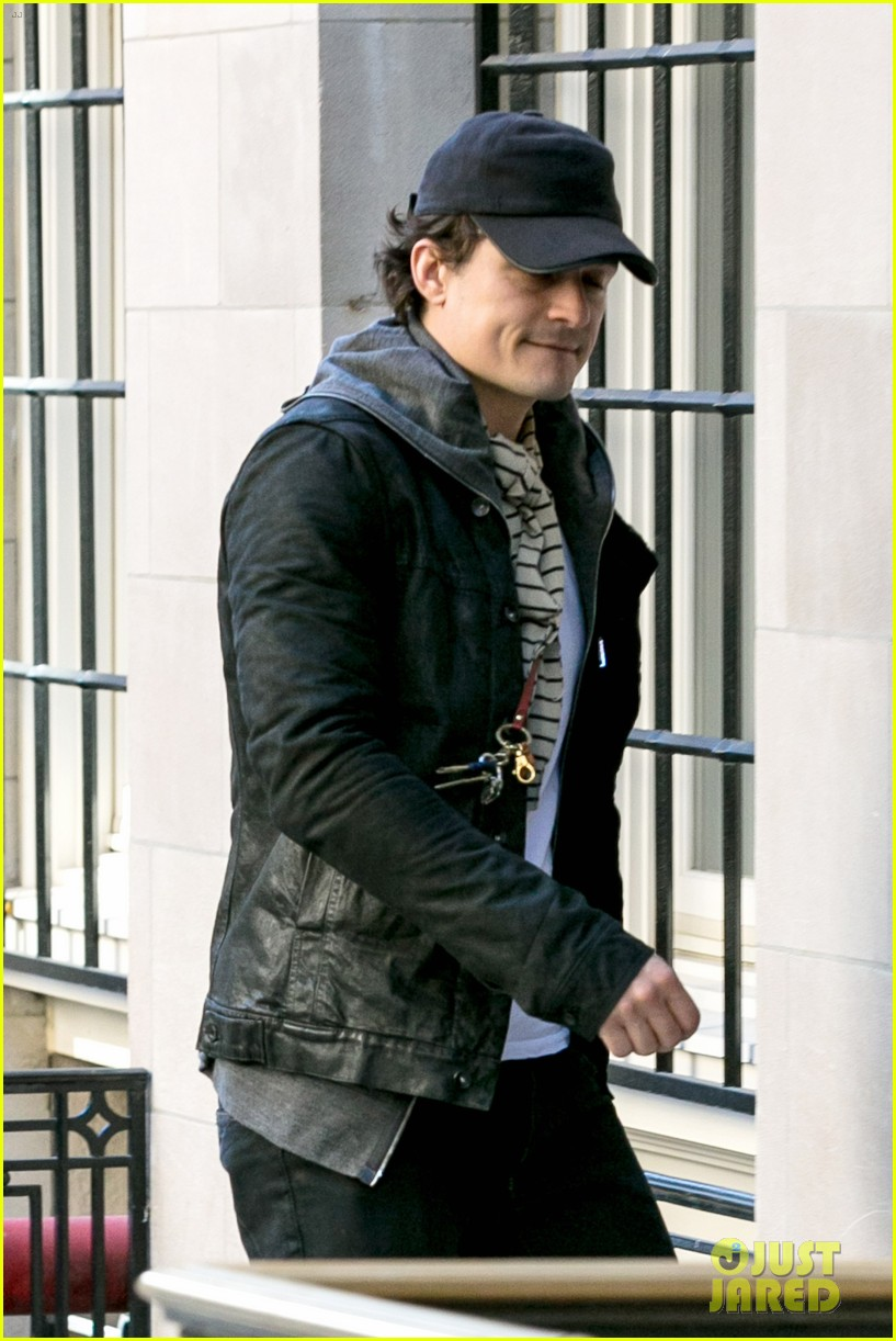 orlando bloom stops by miranda kerr apartment 04