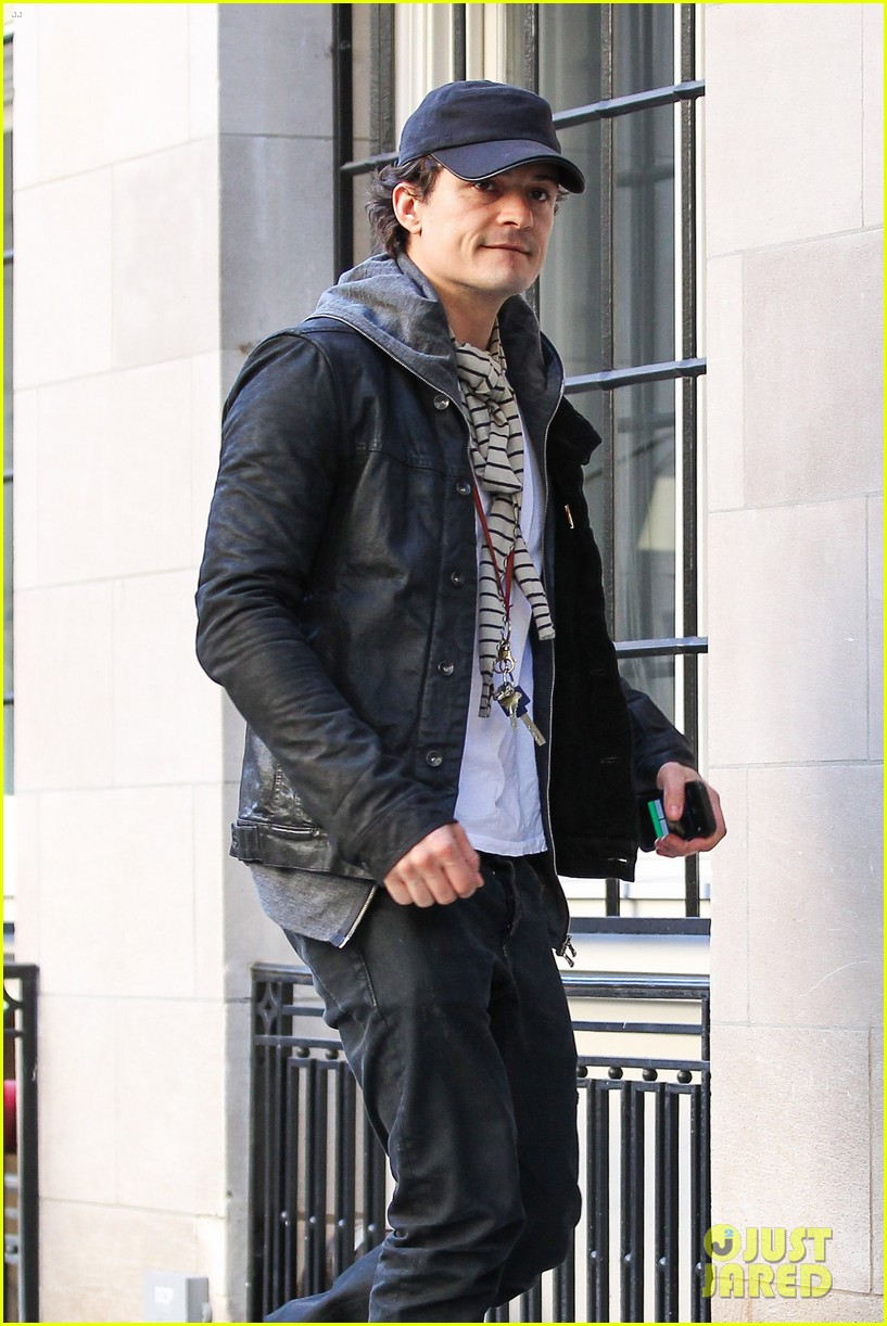 orlando bloom stops by miranda kerr apartment 08