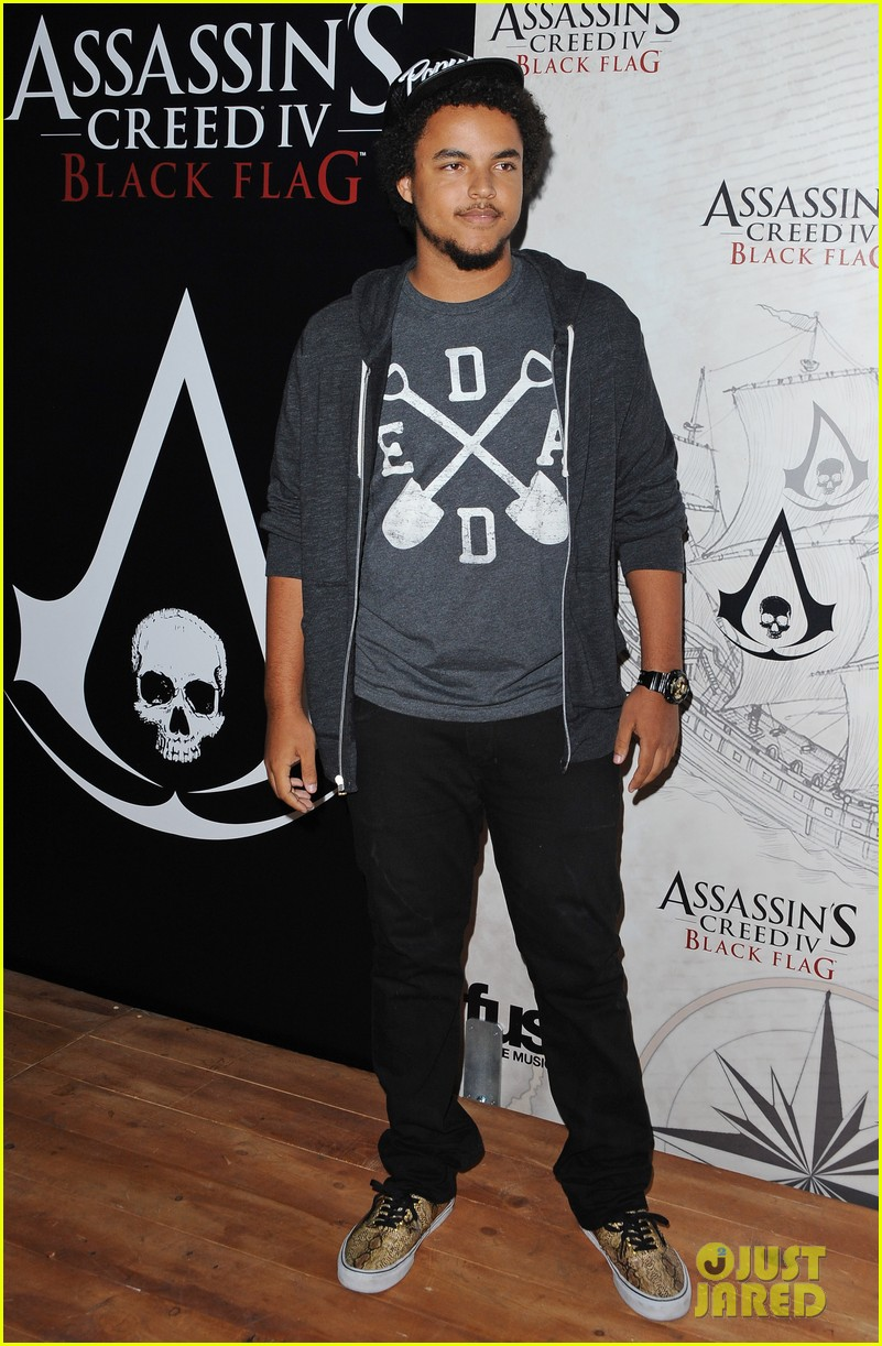 alex pettyfer emile hirsch assassinss creed iv black flag launch party 01