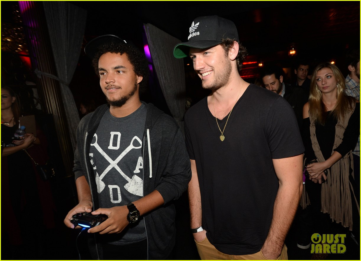 alex pettyfer emile hirsch assassinss creed iv black flag launch party 22