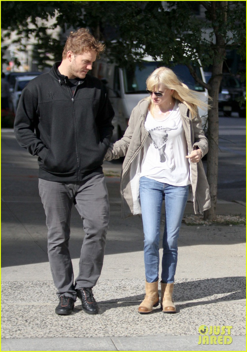 chris pratt strolls with anna faris tweets thanks for guardians 09