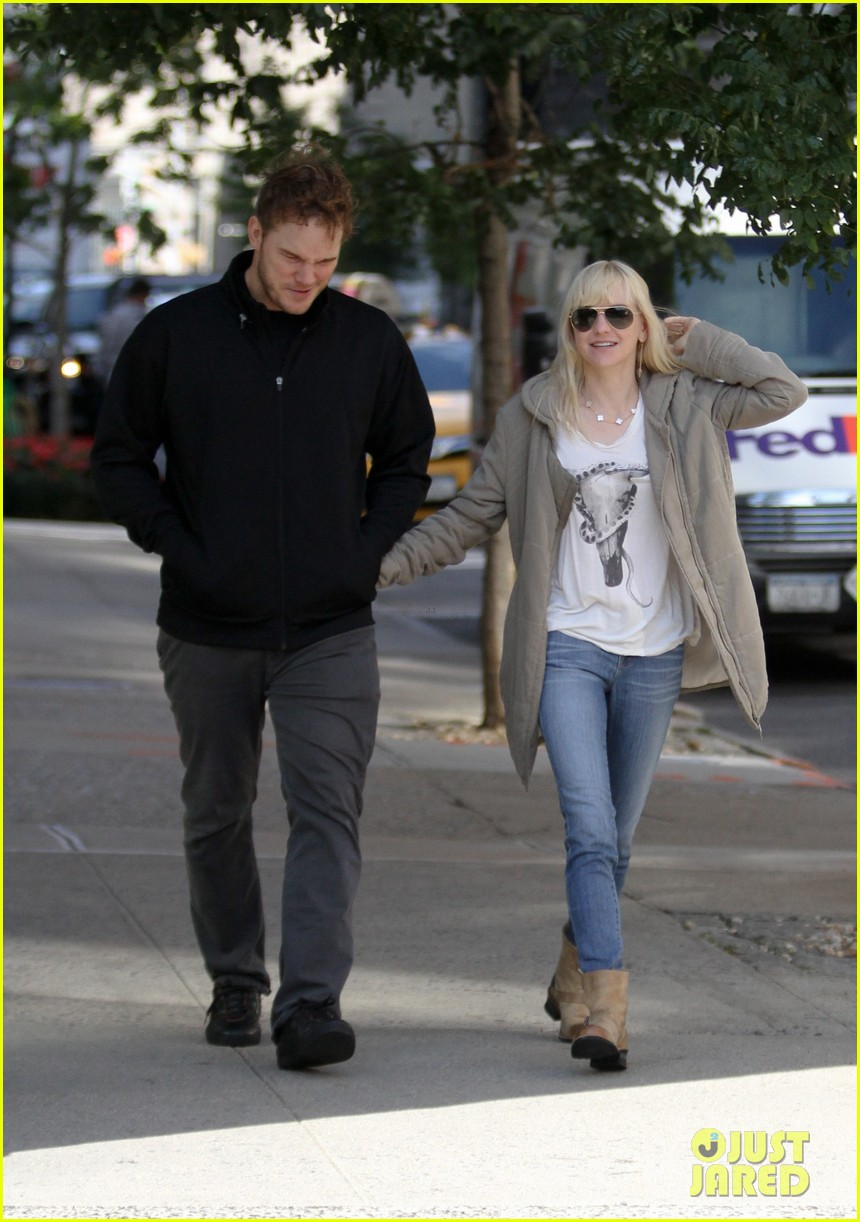 chris pratt strolls with anna faris tweets thanks for guardians 14