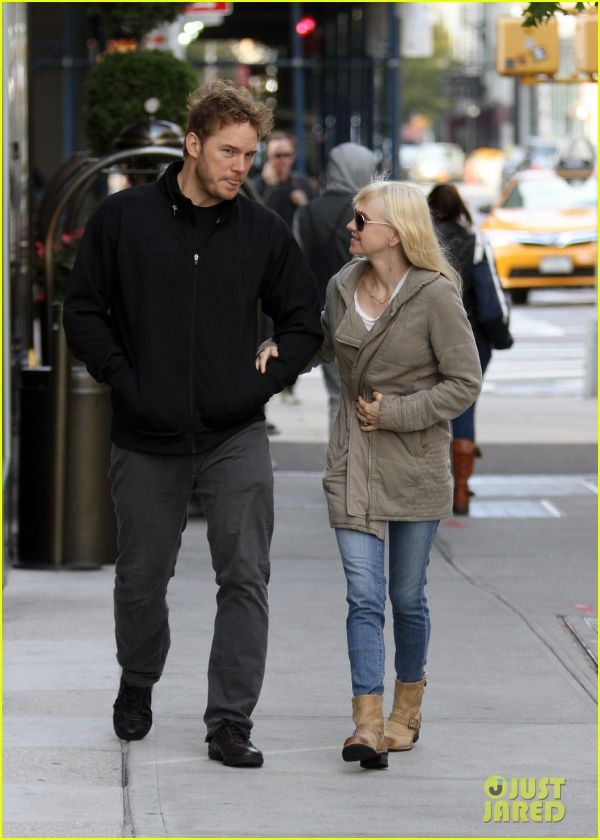 chris pratt strolls with anna faris tweets thanks for guardians 15