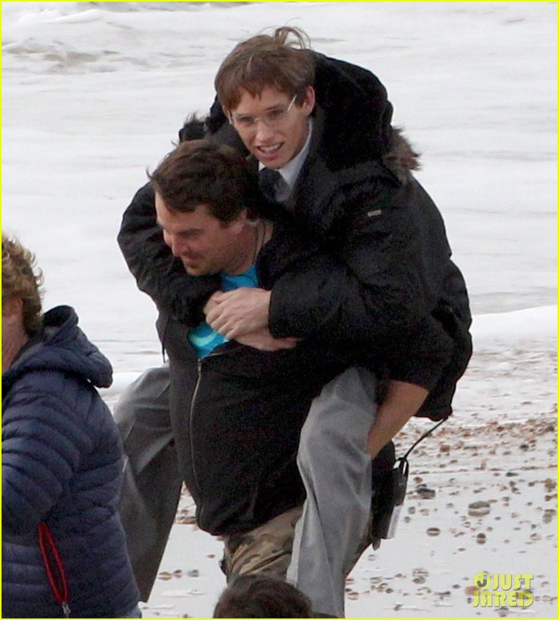 eddie redmayne gets piggy back ride on set 07